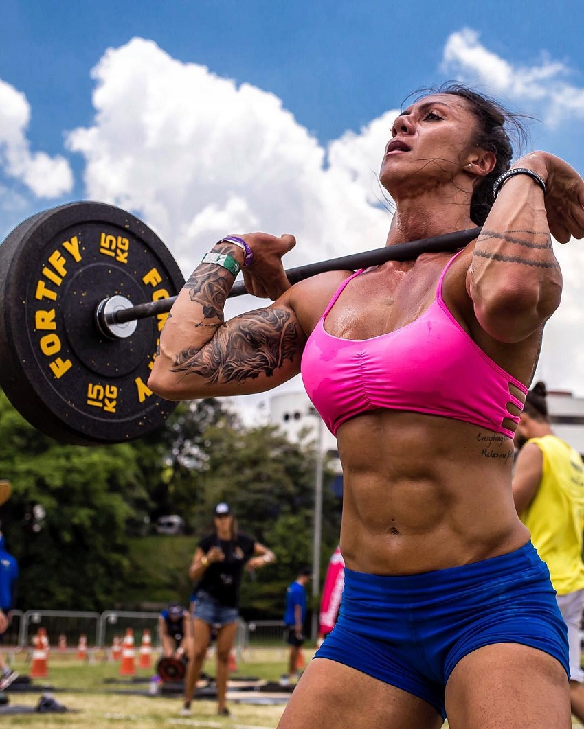 Carolinne Hobo doing the overhead press during a CrossFit competition