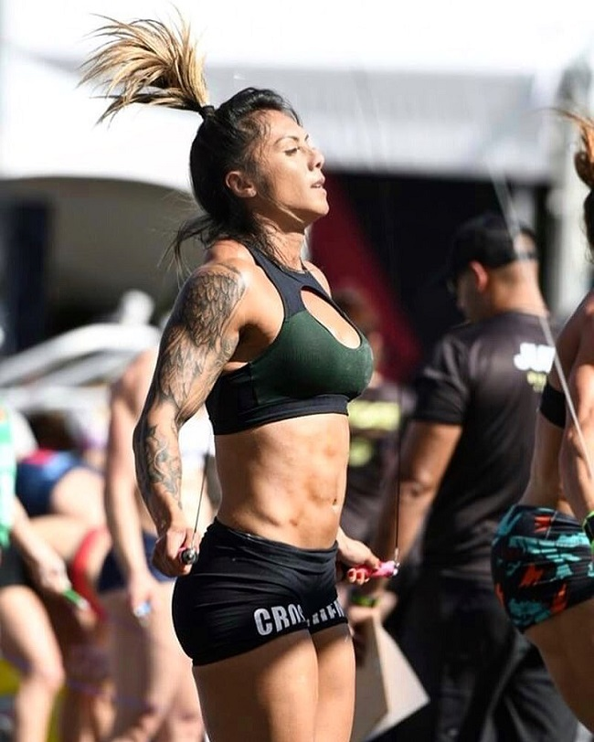 Carolinne Hobo doing jumping ropes during a CrossFit event