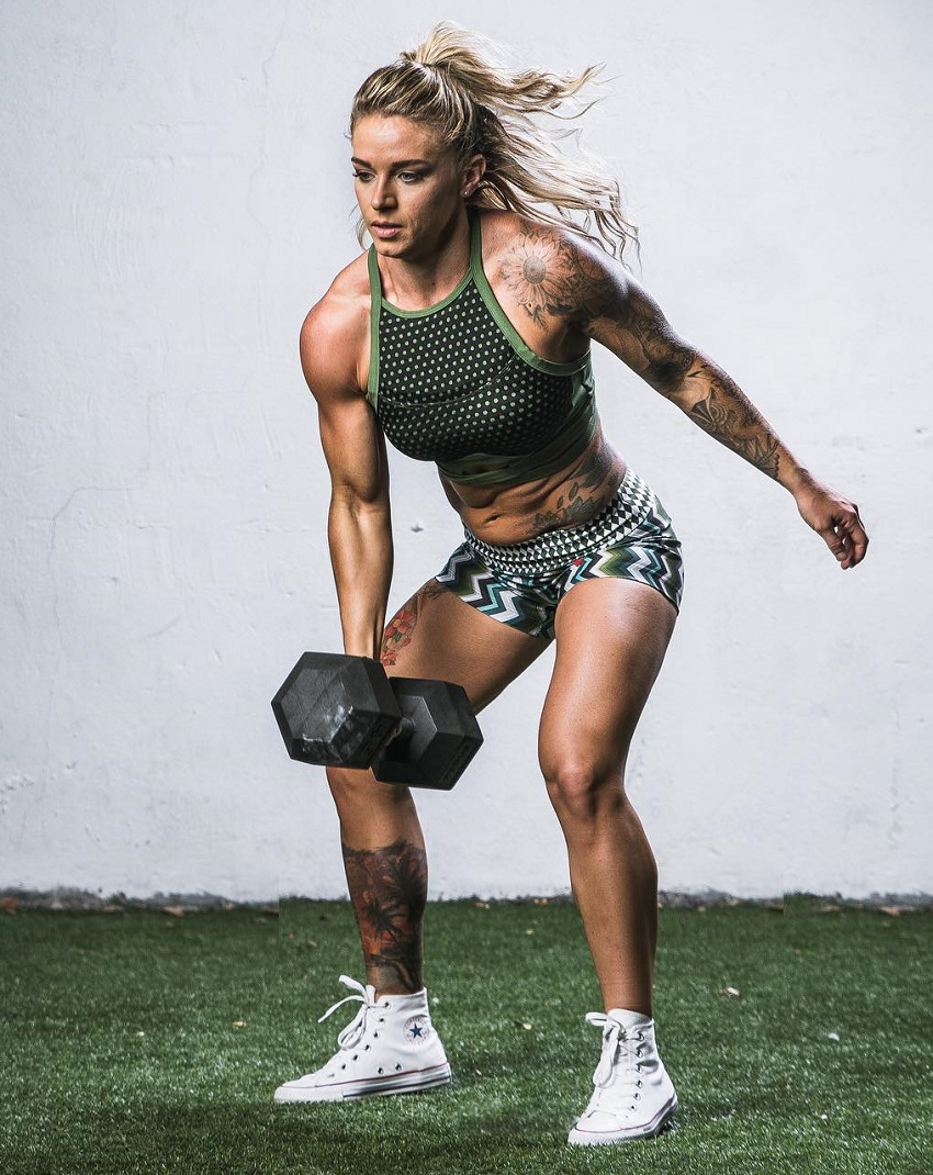 Lauren Herrera training with a dumbbell looking fit and ripped