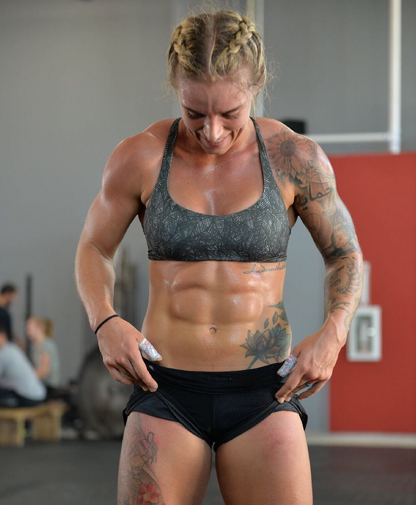 Lauren Herrera flexing her bulging abs for a photo