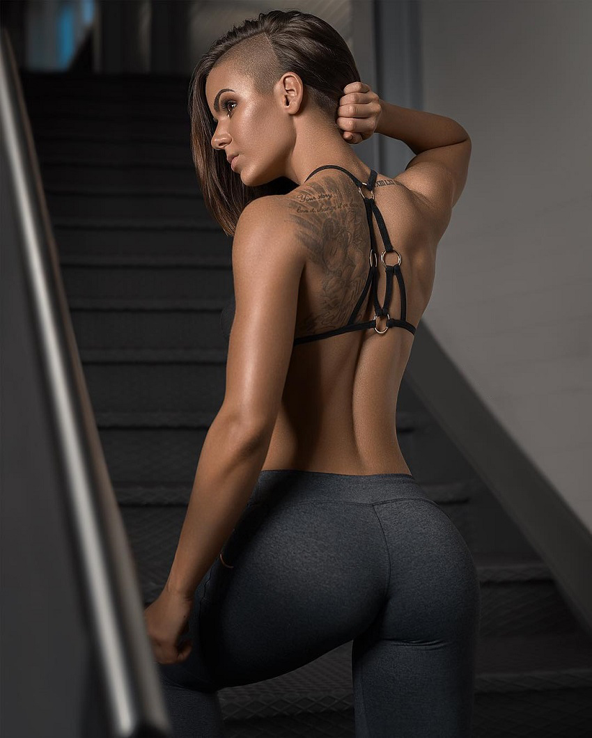 Michell Kaylee displaying her curvy glutes in a photo