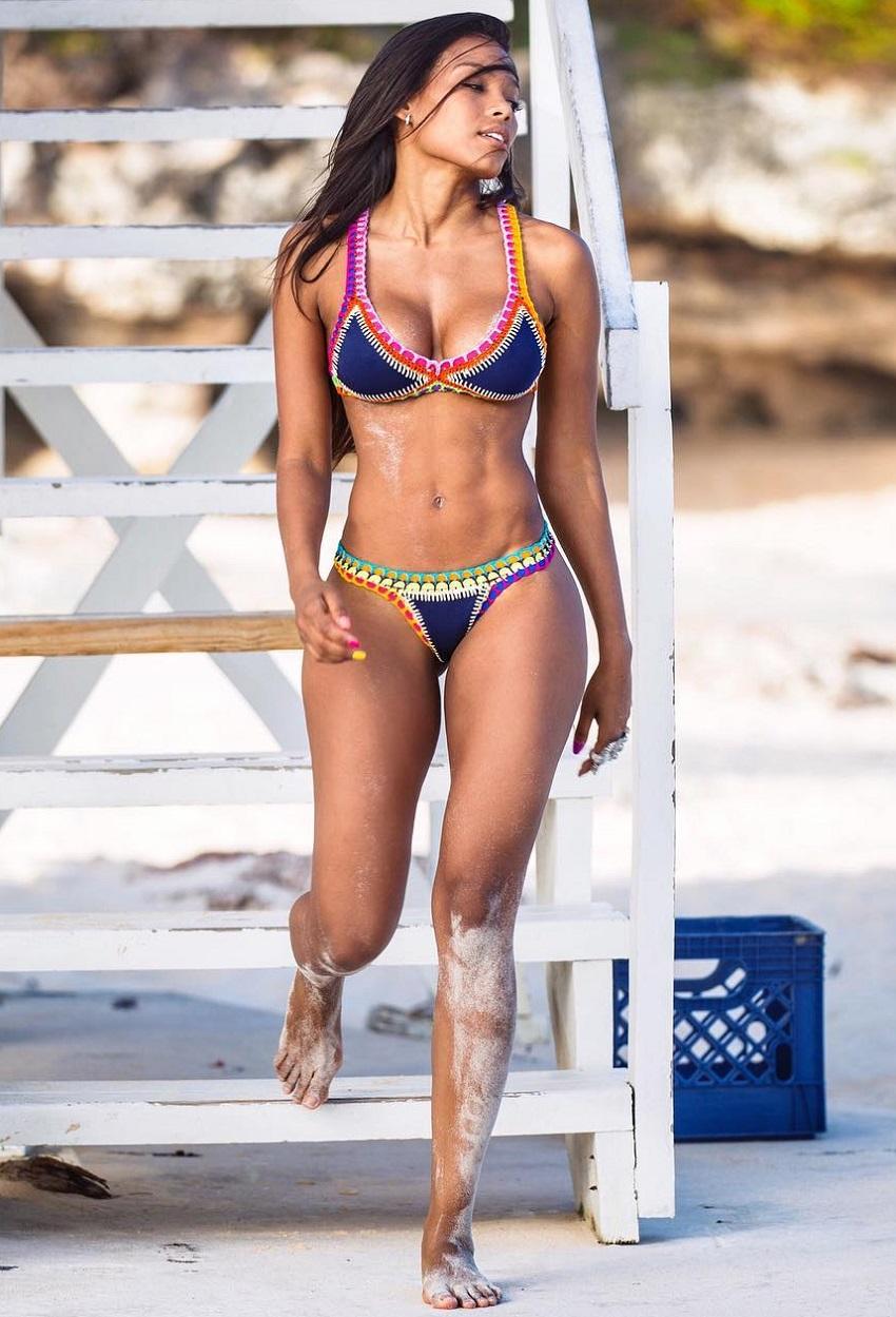 Rosanna Cordoba walking on the beach in her bikini, looking aesthetic and lean