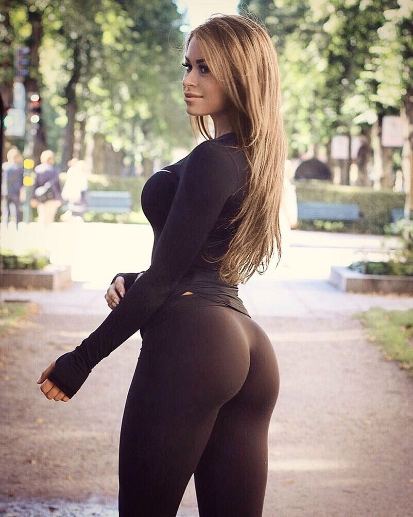 Clara Lindblom posing in black leggings looking curvy and fit