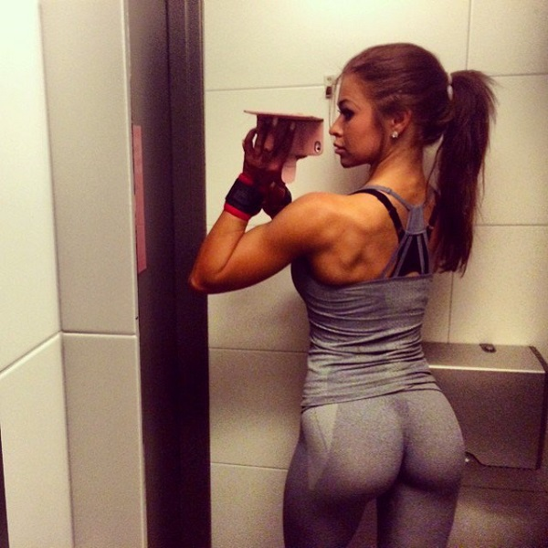 Clara Lindblom taking a selfie of her aesthetic arms, back, and glutes