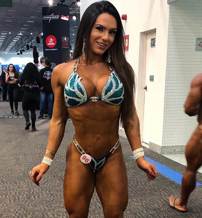 Karen Ranocchia Brandao posing for a photo in the backstage during a fitness contest