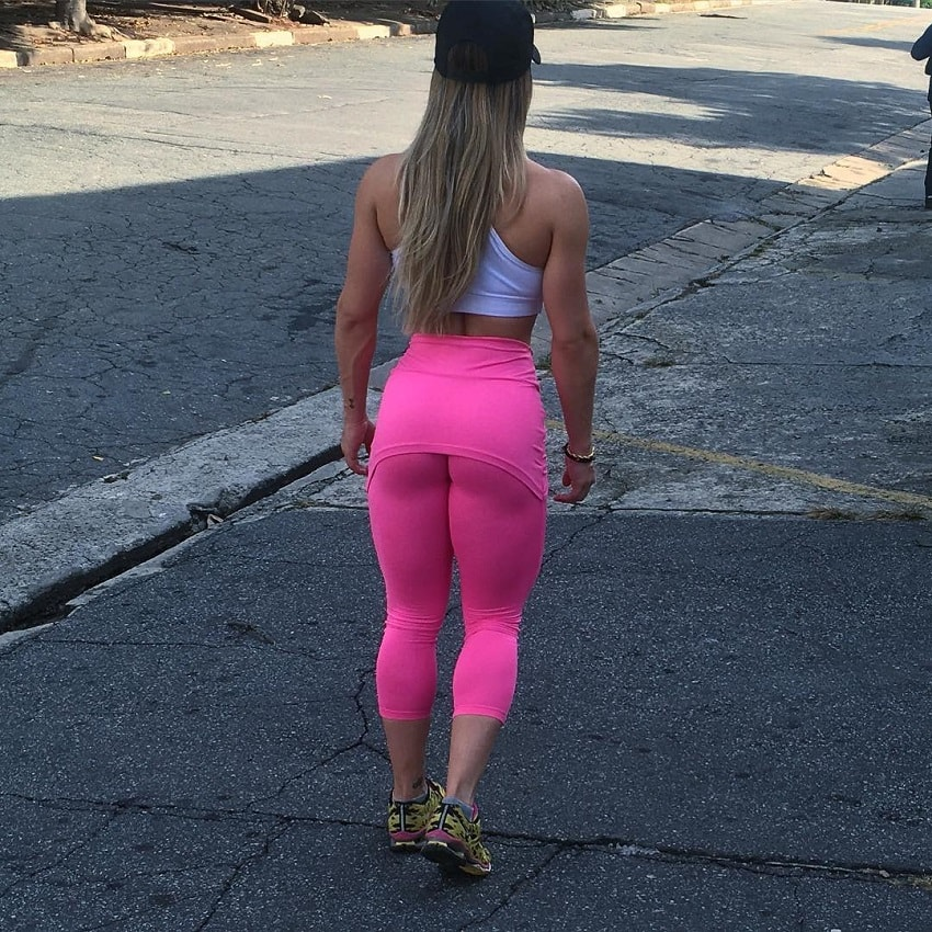 Karen Ranocchia Brandao posing in her pink leggings looking muscular and fit