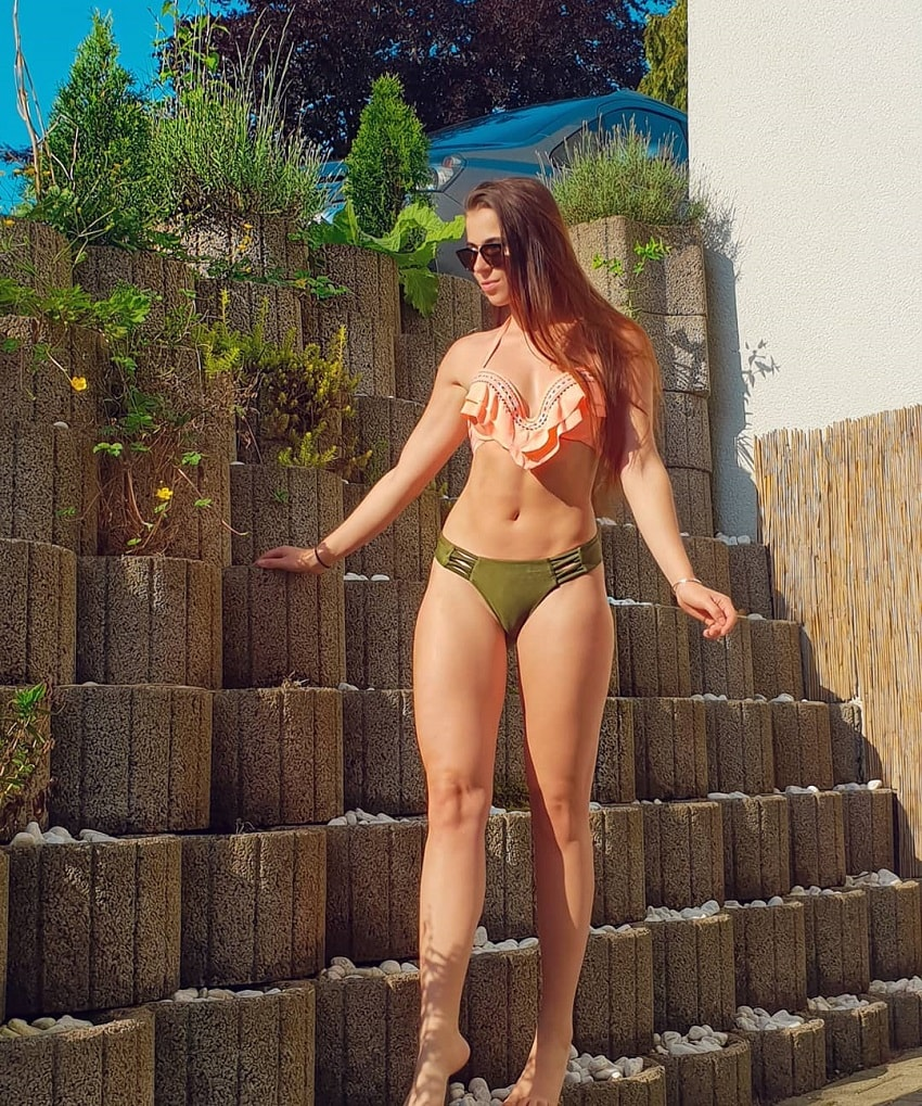 Mirjam Cherie posing outdoors in a sunny weather looking fit and lean