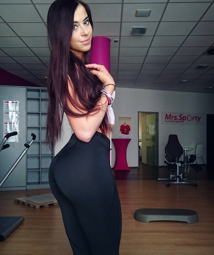 Mirjam Cherie posing in black leggings, looking curvy