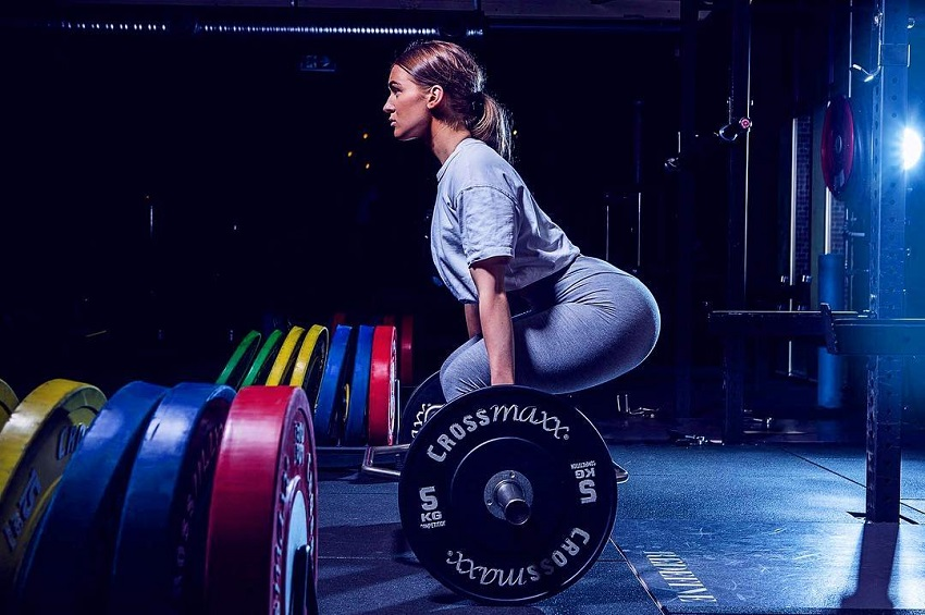 Celie Josefine Lindblad doing deadlifts for a photo shoot