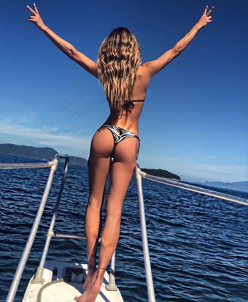 Diana Villas Boas posing on the boat in the sea showing off her curvy glutes