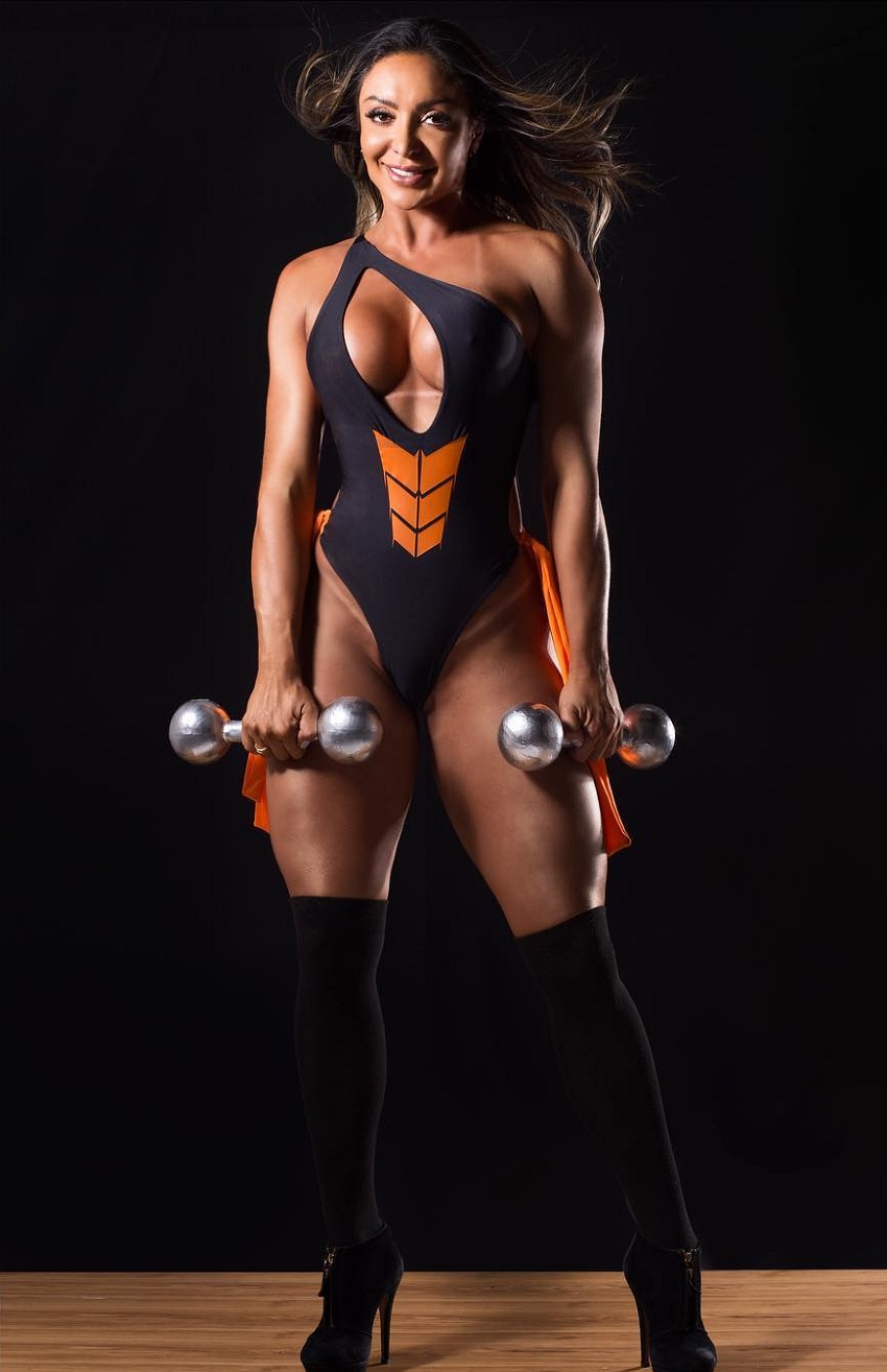 Pri Santtana posing during a photo shoot with dumbbells in her hands