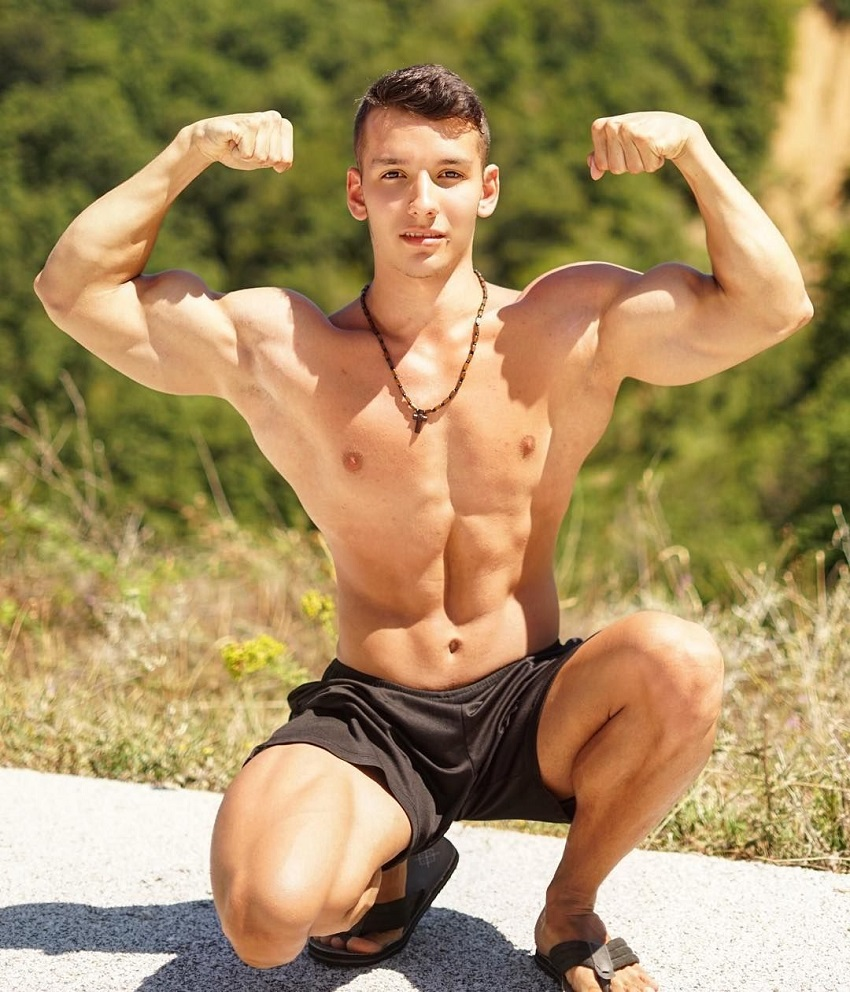 Radoslav Raychev flexing his biceps for a photo