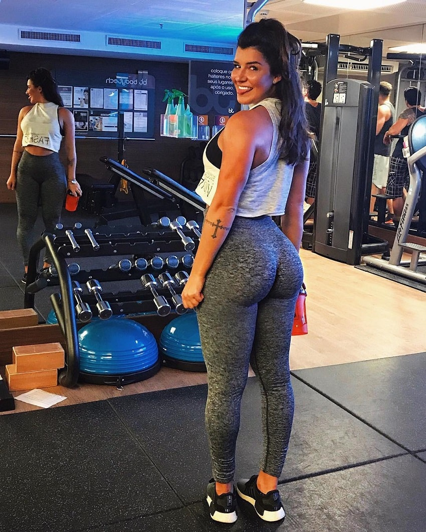 Vitoria Gomes showing off her curvy glutes in grey leggings in the gym