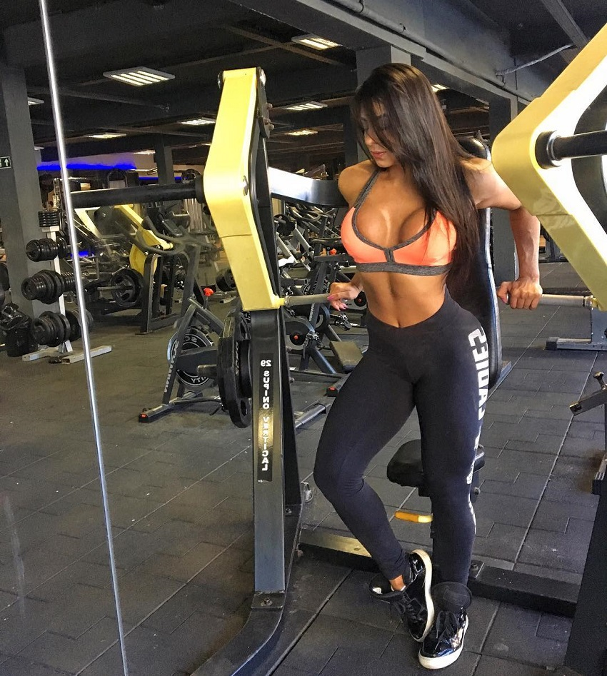 Amanda Choairy training her chest in a gym
