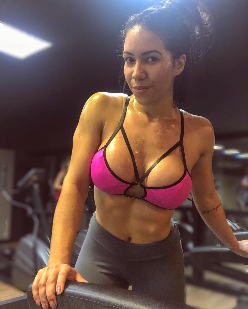 Andressa Gil posing for the camera displaying her awesome midsection