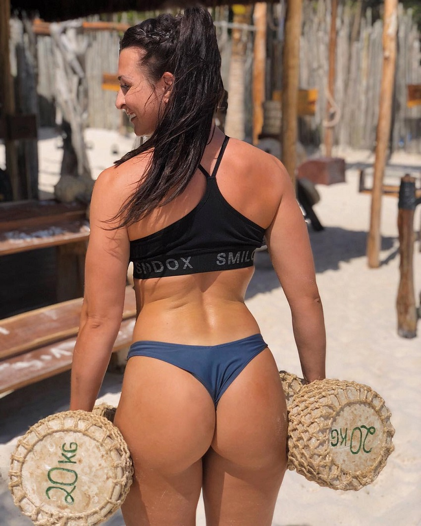 Eva Saischegg holding 20-kg dumbbells made out of concrete and sand