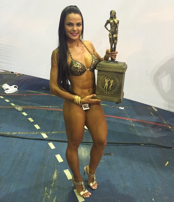 Karolina Marreiro posing with a trophy in her hands