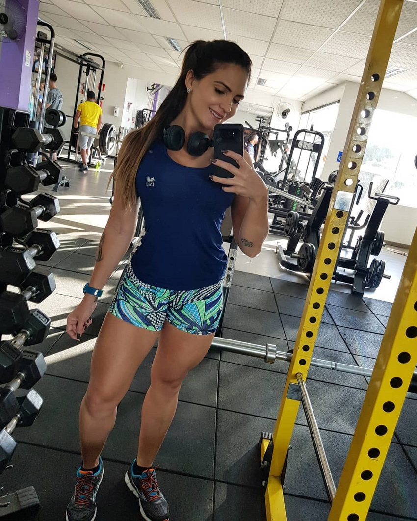 Sol Meneghini taking a picture of herself in a gym