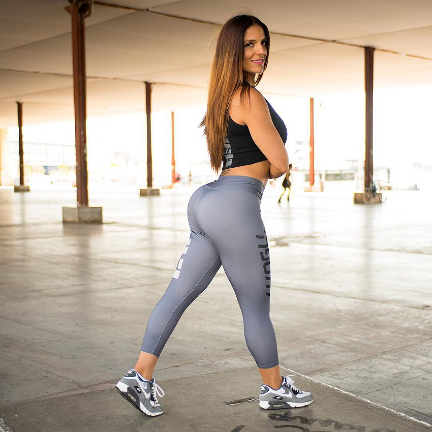 Sonia Amat Sánchez posing in her grey leggings looking curvy and fit