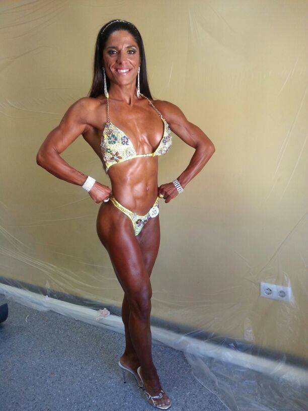 Sonia Amat Sánchez showing off her tanned and contest-ready physique