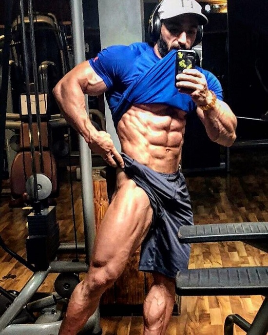 Abtin Shekarabi taking a selfie of his ripped physique in the gym