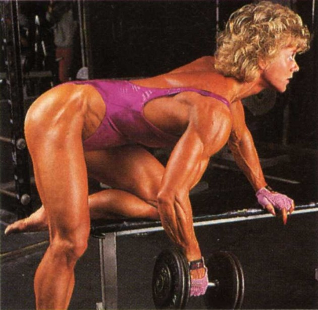 Ellen van Maris performing dumbbell rows