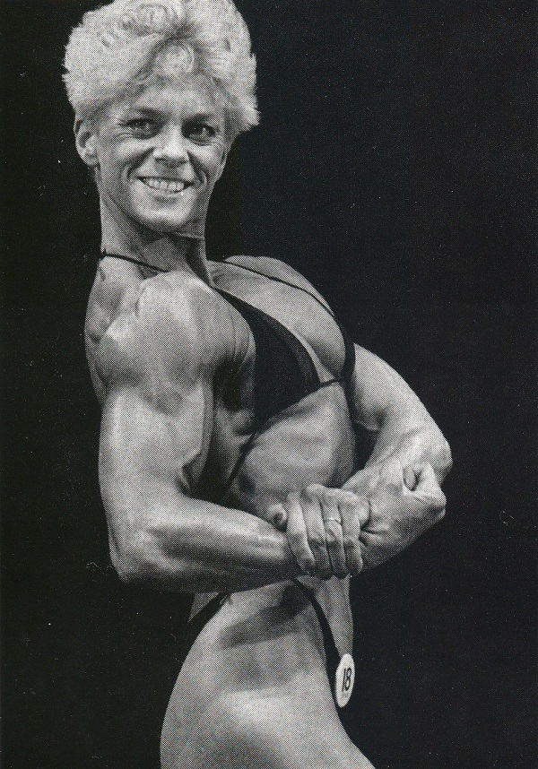 Ellen van Maris doing a side chest pose on the stage