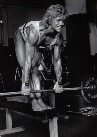 Ellen van Maris standing on a bench training with a barbell in a gym