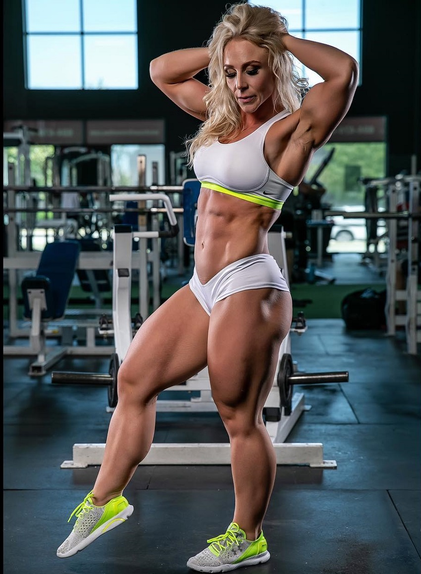 Jazmin Gillespie posing in a gym looking ripped and aesthetic