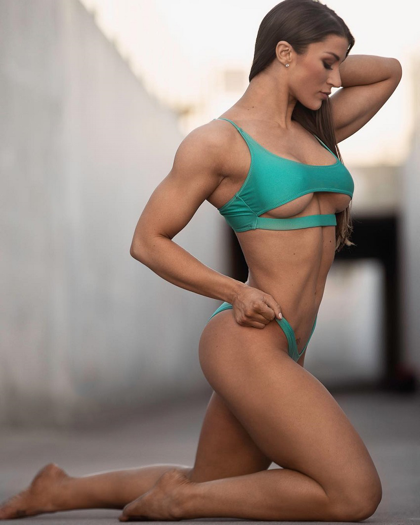 Taylor Spadaccino fitness photo outdoors looking lean and toned