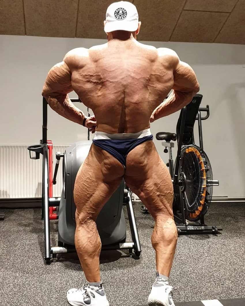 Ayat Bagheri spreading his lats out and wide, looking huge and vascular