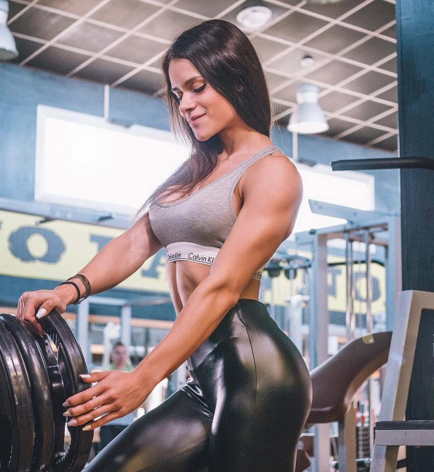 Beatriz Biscaia posing with weights in the gym looking fit