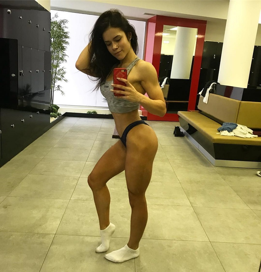 Beatriz Biscaia taking a selfie of her awesome figure