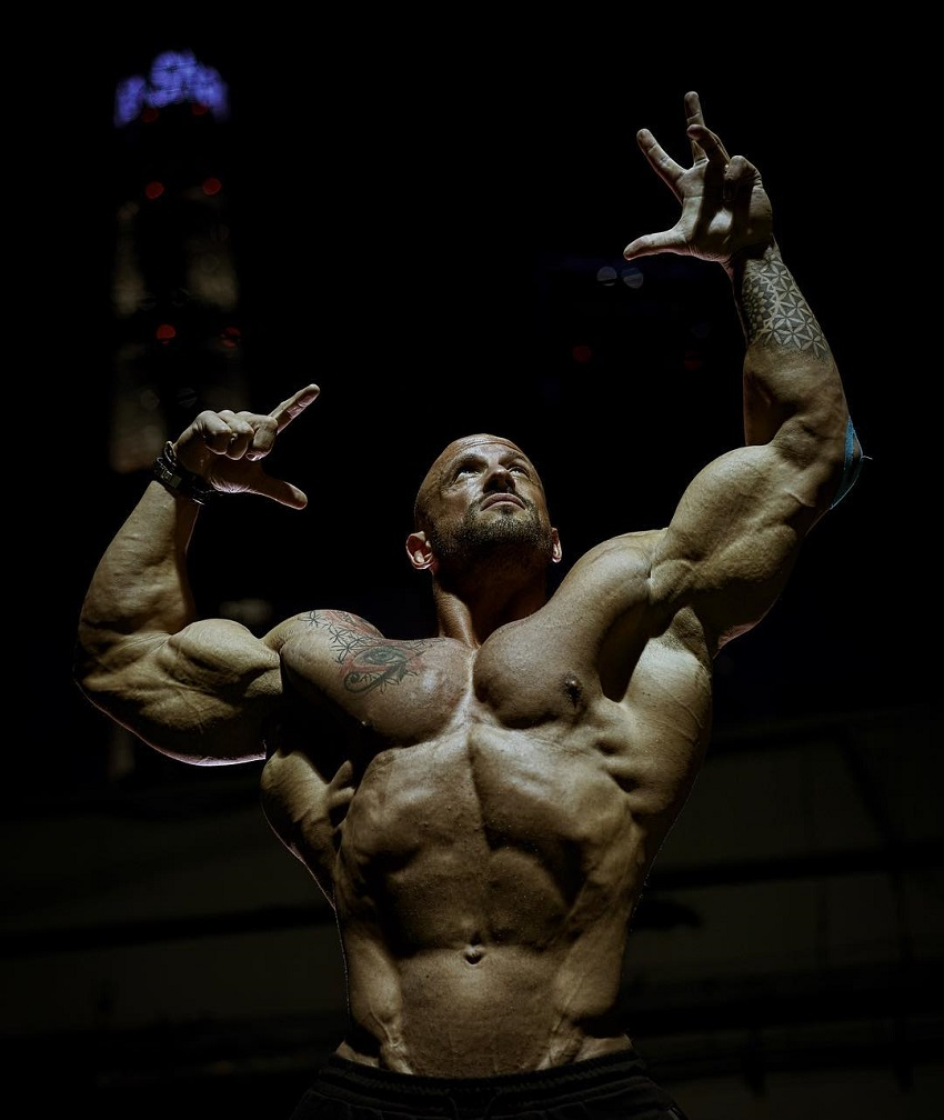 Benjamin Radic doing an aesthetic Frank Zane pose while shirtless