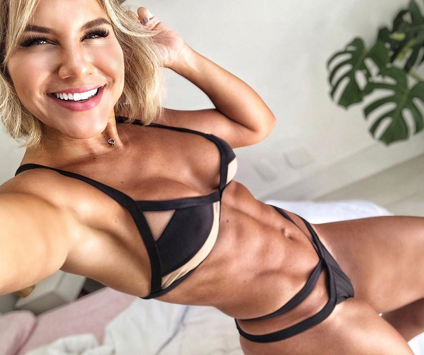 Patricia Costa Santos showing off her bulging and ripped abs in a photo