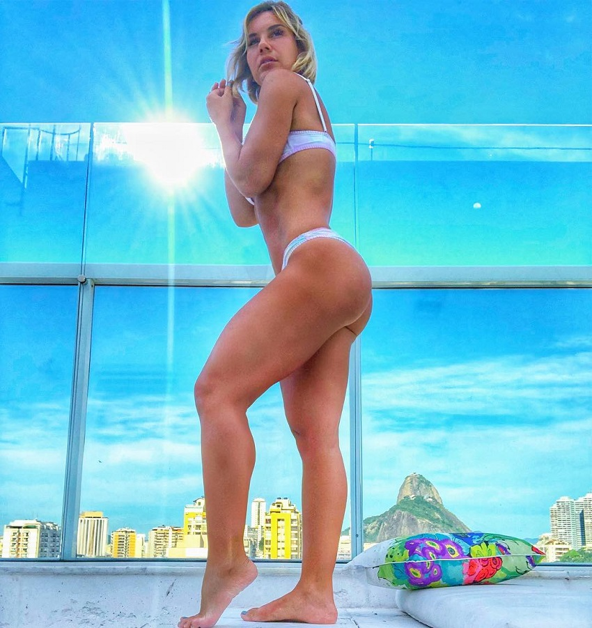 Patricia Costa Santos showing off her curvy legs and glutes outdoors