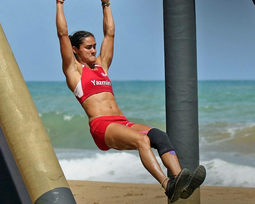 Yazmin Arroyo Loaiza doing pull ups during a CrossFit contest on the beach