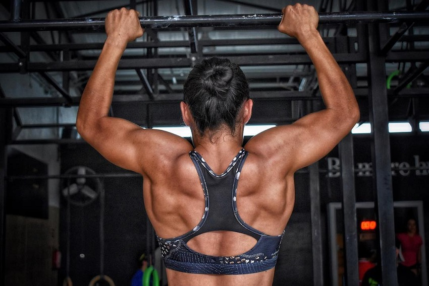 Yazmin Arroyo Loaiza doing pull ups her back looking ripped and aesthetic