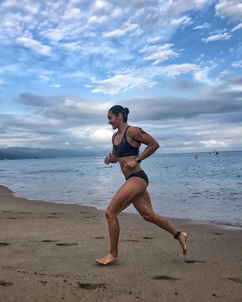 Yazmin Arroyo Loaiza running on the beach