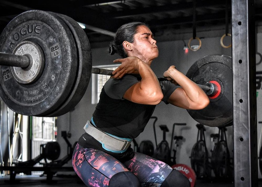 Yazmin Arroyo Loaiza doing heavy front squats