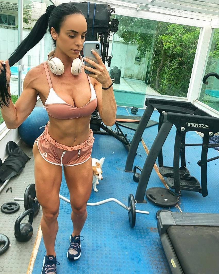 Catia Isabel taking a selfie of her fit figure in the gym