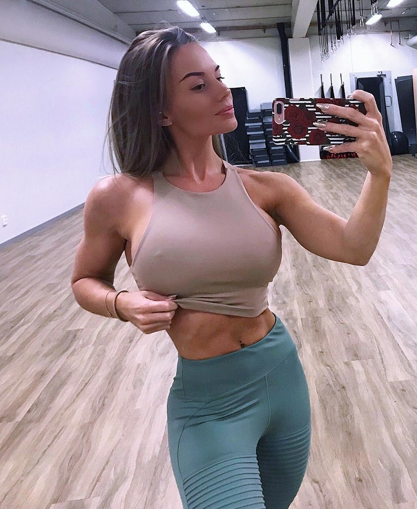 Elin Hedstrom flexing her abs in a sselfie looking lean and fit