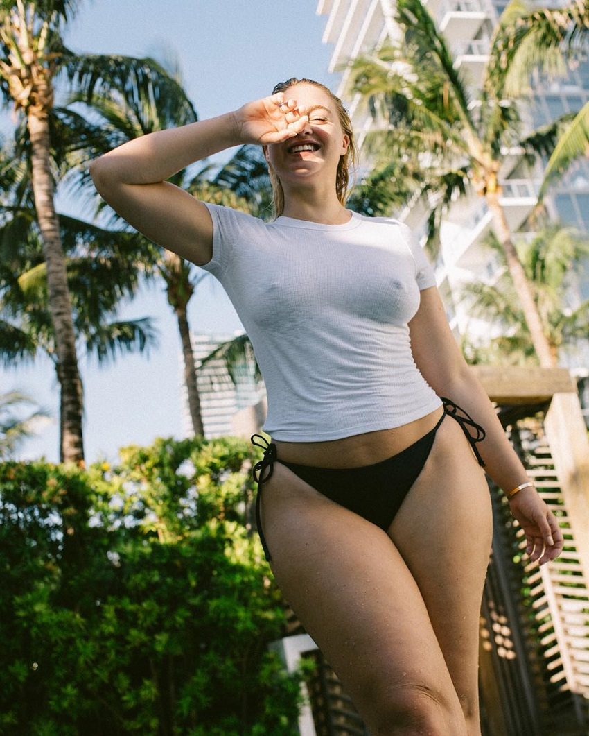 Iskra Lawrence posing outdoors looking curvy and lean