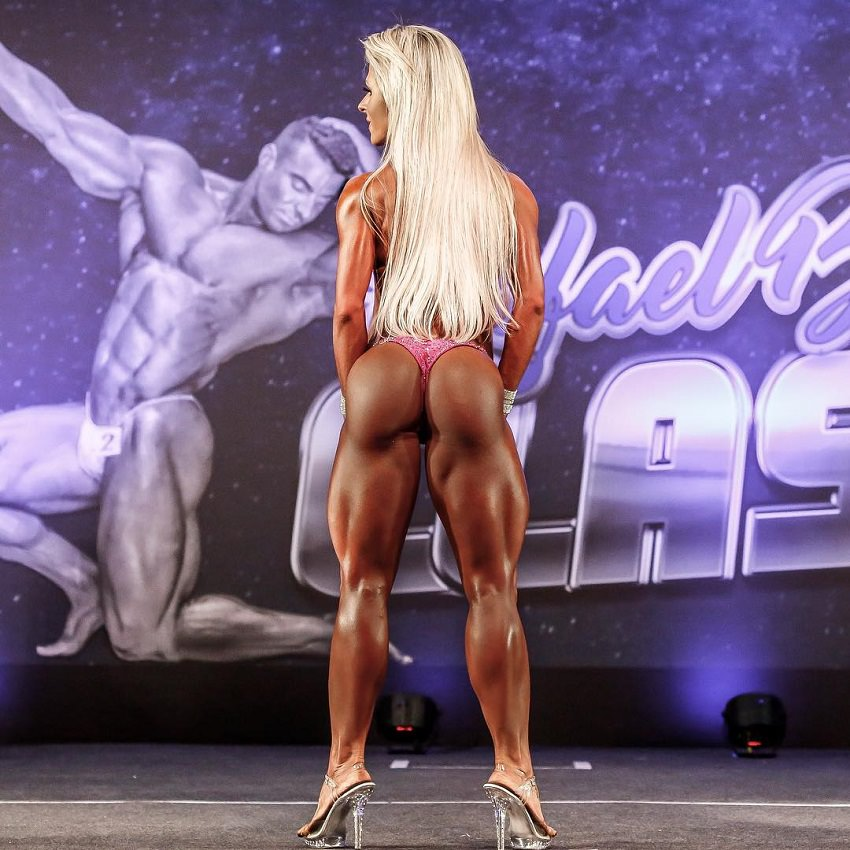 Mari Carvalho displaying her toned and curvy glutes on the fitness stage