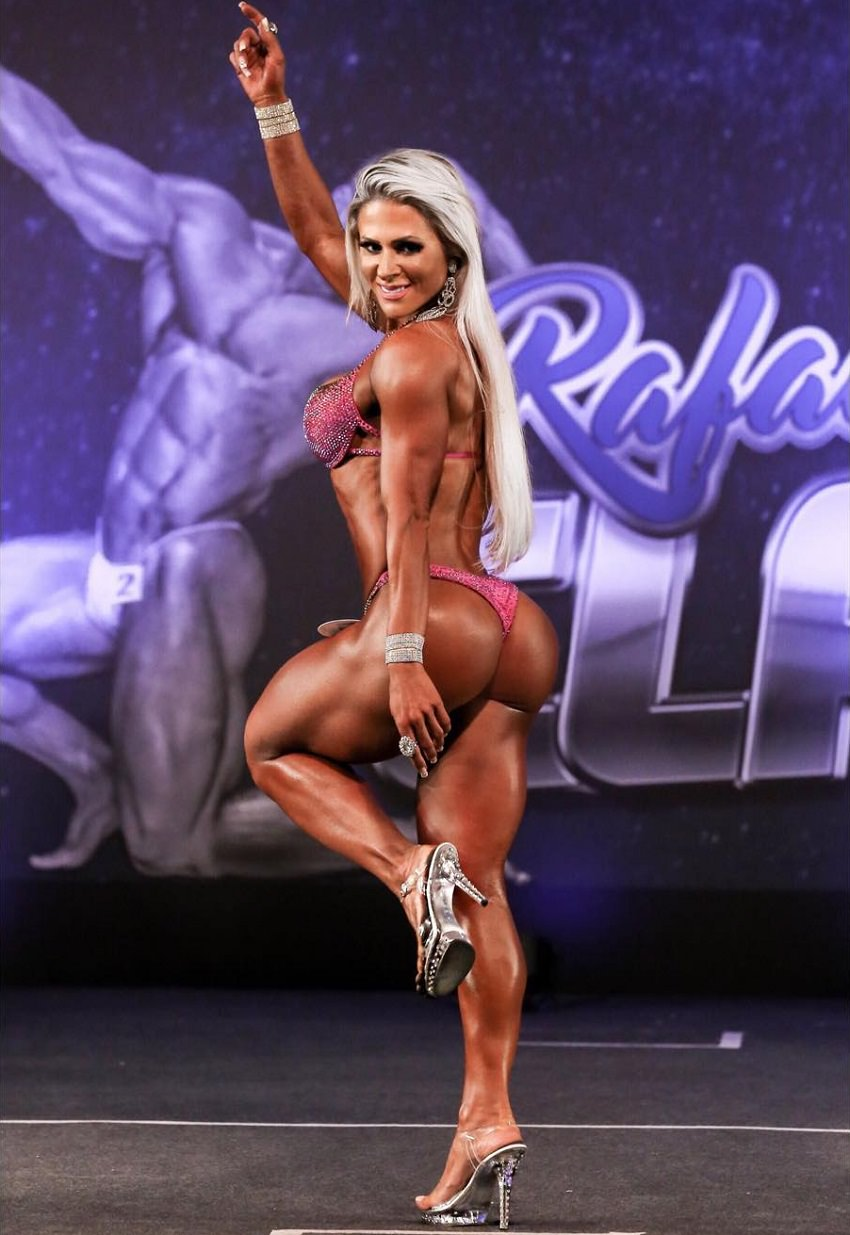 Mari Carvalho showing off her stunning glutes on the fitness stage