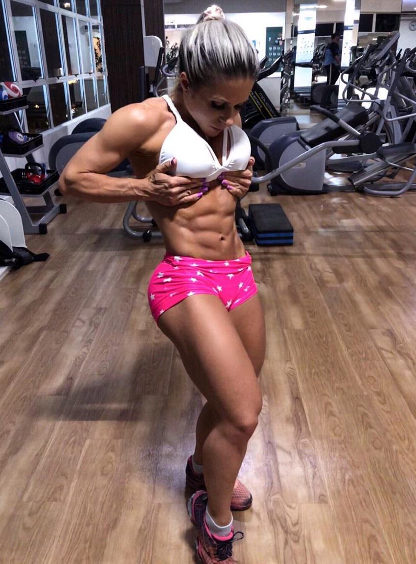 Mari Carvalho flexing her bulging and ripped abs in the gym
