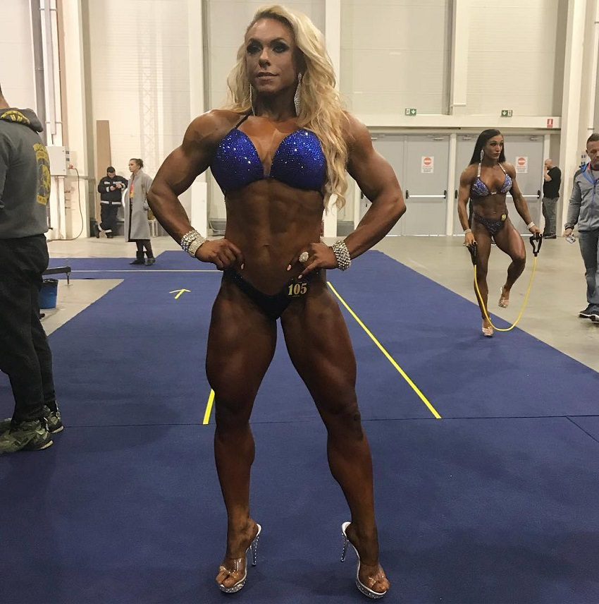 Minna Pajulahti posing backstage in her bikini, looking ripped and muscular