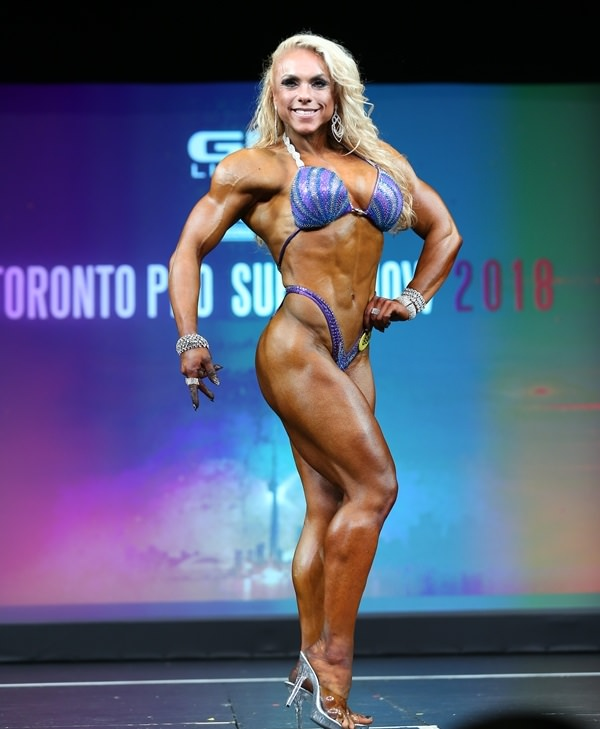 Minna Pajulahti posing on the bodybuilding stage Arnold Classic looking aesthetic and ripped