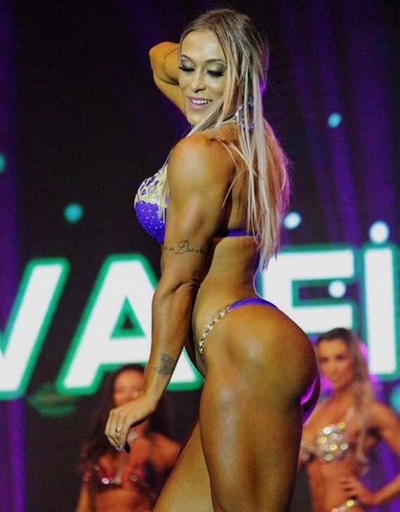 Rochelle Michielin showcasing her muscless on the fitness stage