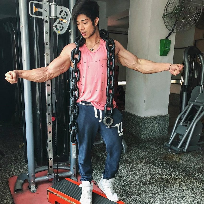 Vasu Mittal flexing with huge chains around his neck